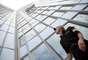 """El escalador de rascacielos francés conocido por algunos como """"El hombre araña"""" ha atacado de nuevo, en esta ocasión en el edificio más alto de Francia."""