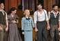 """Martin, Elena Roger y el elenco de la obra """"Evita"""", encendieron la celebración más importante del teatro."""