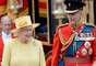 En la misma ceremonia, el principe Carlos y su hijo Guillermo fueron vistos en un corcel con enormes sombreros de pieles negras que cubren parte del rostro.