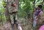 Ante los hostigamientos en la región, miles de indígenas tomaron Toribío el domingo y un día después, apoyados por la guardia indígena, retiraron las trincheras que el Ejército y la Policía mantenían en las afueras de la población para resguardarse de los ataques. (Texto BBC Mundo).