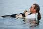 La imagen de John Unger y su perro, que padece artritis, han conmovido al mundo.