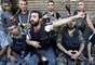 Un integrante de la milicia libanesa que apoya a los rebeldes sirios en su lucha contra el régimen de Al Asad expresa desesperado la muerte de un civil mientras sus camaradas descansan de los combates en el barrio de Bab al-Tabbaneh, en Trípoli, capital del Líbano.