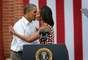 Pero el Presidente y la Primera Dama se la pasan entre apapachos, pues el 15 de agosto en Dubuque, Iowa, Obama besó a su esposa después de que ella lo presentara en un mitin político.