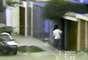 Imagen de dos agentes encubiertos, haciendo de vendedores en la casa donde se hallaba Guzmán, llamada El Castillo por los agentes