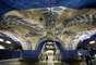 T- Centralen, Estocolmo, Suécia - A rede de metrô da capital sueca é uma das mais modernas do planeta e é conhecida por alguns como a galeria de arte mais longa do mundo, já que praticamente todas suas estações contam com obras artísticas de diferentes tipos. A mais curiosa das estações é a de T-Centralen, onde a rocha natural do local onde foi escavada foi deixada à mostra. Arcos rústicos decorados com figuras tradicionais em branco e azul, murais e colunas com mosaicos dão à estação de T-Centralen um estilo único