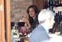 Mariana Seoane se dio cuenta de que un paparazzo la descubrió mientras estaba comiendo en un restaurante de la Ciudad de México. ¿Porqué tan solita?