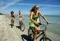 Ande de bicicleta mais rápido: andar de bicicleta é uma boa forma de inserir um pouco de atividade no seu dia, investindo um pouco de tempo ao ar livre. Mas fazer um exercício pedalando rapidamente pode ser ainda mais eficaz. Um estudo concluiu que homens que pedalavam mais rápido viveram cinco anos a mais do que aqueles que andaram devagar; enquanto as mulheres que aceleraram na bike viveram pelo menos mais quatro anos do que as demais