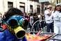 Los habitantes de la capital del país aprovecharon el evento cultural para sumarse al peregrinaje, usar máscaras alegóricas y bailar con la música que acompaña la fiesta multicolor.