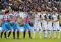 FRENTE A FRENTE. Jugadores de Catania y Chievo se encaran en un tiro de esquina en la Serie A de Italia.