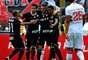Corintianos se abraçam após gol marcado por Paolo Guerrero