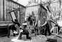 Luego de los pasos de los hermanos Lumière, Méliès se encargó de inventar distintos universos que llevó a la Pantalla Grande. Los escenarios los creo en su propio taller.