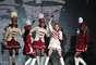 """Con dos horas y media de retraso, Madonna, """"La reina del Pop"""", presentó su concierto en el Estadio Nacional la noche de este miércoles 19 de diciembre. Los fanáticos chilenos debieron soportar largas horas bajo la lluvia que se dejó caer en Santiago. Además, el show, de sólo una hora y veinte minutos, no cumplió las expectativas, lo que generó grandes críticas."""