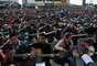 """Más de1.000guitarristas indios interpretaron la canción de John Lennon """"Imagine"""" en memoria de la estudiante de 23 años fallecida tras ser violada salvajemente por un grupo de hombres en un autobús del transporte público en Nueva Deli."""