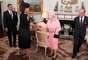 7. Michelle Obama rompió el protocolo y abrazó a la reina Isabel II. Sin embargo, a la reina pareció no molestarle.