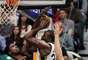Al Jefferson, centro del Jazz de Utah (centro), intenta colocar el balón en el arco pero la marcación impuesta por Roy Hibbert y Tyler HansBriugh d los Pacers se lo dificultan