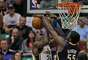 Roy Hibbert (55), de los Pacers de Indiana, bloquea un tiro de Paul Millsap (24), del Jazz de Utah