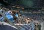"Os torcedores gremistas fizeram a tradicional ""avalanche"" para comemorar o gol de Elano, mas a grade da Arena cedeu"