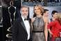 Mejor Vestidos. George Clooney elegante y sexy con un tuxedo de Giorgio Armani, junto a Stacy Keibler que se robó todas las miradas con este gran estilo, un traje largo que combina diseños metálicos, con un corte muy favorecedor para su figura, de Naeem Khan.