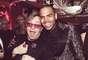 Elton John comparte un abrazo con el controversial cantante Chris Brown.