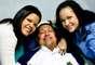 En esta fotografía dada a conocer el 15 de febrero de 2013 por la oficina de prensa presidencial de Miraflores, se ve al presidente venezolano Hugo Chávez, al centro, junto a sus dos hijas, María Gabriela, izquierda, y Rosa Virginia en un lugar desconocido en La Habana, Cuba, el jueves 14 de febrero de 2013. El vicepresidente venezolano Nicolás Maduro anunció el martes 5 de marzo de 2013, que Chávez había muerto a los 58 años luego de luchar dos años contra el cáncer. (Foto AP/Oficina de prensa presidencial de Miraflores, Archivo)