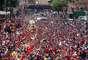 Miles de personas llenaron las calles en la procesión fúnebre del presidente venezolano Hugo Chávez y acompañan su ataúd del hospital donde falleció el martes a la Academia Militar donde será velado, en Caracas, el miércoles 6 de marzo de 2013. El velorio del mandatario durará tres días y Venezuela decretó siete días de luto nacional. (Foto AP/Palacio Presidencial de Miraflores)