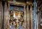 """""""Permaneció 20 minutos ante la imagen antigua de la virgen y depositó un ramo de flores, muy sencillo y simple"""", contó a la AFP Giuseppe, uno de los 15 seminaristas, monjas y prelados que asistieron a la primera salida fuera del Vaticano del papa jesuita, quien ocupa desde la víspera la silla de San Pedro."""
