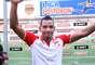 Wilder Medina celebra al final el triunfo de Independiente Santa Fe sobre el Junior de Barranquilla.