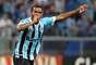 Sem Elano, lesionado, o Grêmio conseguiu vencer o Cerâmica por 1 a 0, na Arena Grêmio, e garantiu a classificação para as quartas de final do segundo turno do Campeonato Gaúcho, com uma rodada de antecedência. O gol gremista foi marcado pelo zagueiro Alexandre, do time de Gravataí, aos 25min do primeiro tempo, mas o árbitro anotou o tento para o volante Fernando (foto)