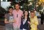 A cantora Fergie e o ator Josh Duhamel, seu marido, foram assediados por fãs em São Paulo no último sábado (6). Simpáticos, eles posaram para fotos ao lado dos admiradores