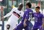 Balotelli y Aquilani se enfrentan por la posesión de la pelota.