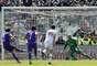 Ljajic patea el penal del 2-1 para la Fiorentina.