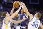 Thunder vs. Warriors: Russell Westbrook (0) intenta un disparo a la canasta ante la marca de Klay Thompson y Stephen Curry (30).