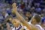 Thunder vs. Warriors: Russell Westbrook (0) se quita la marca de Harrison Barnes.