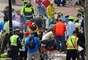 Maratón de Boston. Aunque los primeros maratonistas en cruzar la meta ya tenían cerca de tres horas de haberlo hecho antes de las explosiones, los corredores que no habían terminado la carrera fueron desviados por la Avenida Commonwealth hacia una zona de reunión familiar, de acuerdo con un plan de emergencia que se implementó