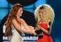 """Shania Twain entregó a Nicki Minaj el trofeo como """"Top Rap Artist""""."""