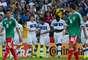 Pirlo, quien cumplió 100 partidos con Italia, fue felicitado por sus compañeros.