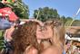 La guapísima Bar Refaeli compartió esta sexy foto besando a una de sus mejores amigas. La imagen ha causado revuelo puesto que ahora dicen que la ex de Leonardo DiCaprio es lesbiana.
