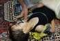 """Un niño recibe asistencia médica. Los Comités de Coordinación Local (LCC), una red de militantes, informaron que hubo centenares de víctimas debido al """"brutal uso de gases tóxicos por el régimen criminal en partes de Ghuta occidental""""."""