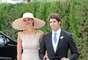 Cayetano Rivera, hermano y testigo del novio, junto a su novia, Eva González, muy elegante con un vestido en tono gris perla y pamela nude.
