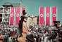El diario Daily Mail publicó una serie de raras fotografías a color del Tercer Reich tomadas por el fotógrafo de Adolf Hilter, Hugo Jaeger, que muestran las celebraciones del régimen. En la imagen, el líder nazi saluda a los hombres de la Legión Condor.