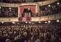 Hitler, Goebbels en el teatro Charlottenburg recibiendo el saludo nazi.