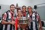 Jogadores fazem festa no vestiário com a taça do Campeonato Mineiro