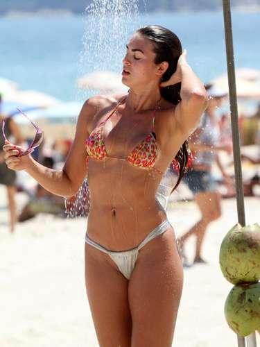 Panicat Renata Molinaro fez a alegria dos marmanjos ao se refrescar de biquíni em ducha da praia de Ipanema