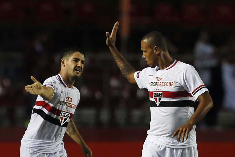Luis Fabiano valoriza atuação solidária, mas admite desconforto sem gol