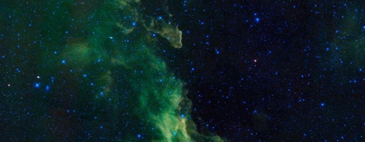 31 de outubro - No Dia das Bruxas (ou Halloween), a agência espacial americana divulgou a imagem de uma nebulosa cujo formato se assemelha ao perfil de uma bruxa. A IC 2118, mais conhecida como Nebulosa Cabeça de Bruxa devido à sua forma, conta com nuvens moleculares onde estrelas estão se formando. A poeira cósmica é iluminada pela luz das estrelas, fazendo a nebulosa brilhar. A estrutura cósmica está localizada a centenas de anos-luz da Terra, na Constelação deÓrion, próxima ao joelho do famoso caçador