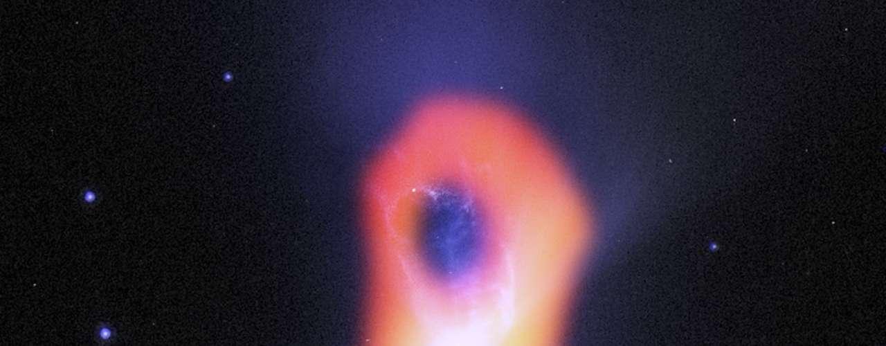 25 de outubro - Nebulosa do Bumerangue, objeto que fica apenas 1ºC acima do zero absoluto, foi registrado pelo telescópio Alma.-
