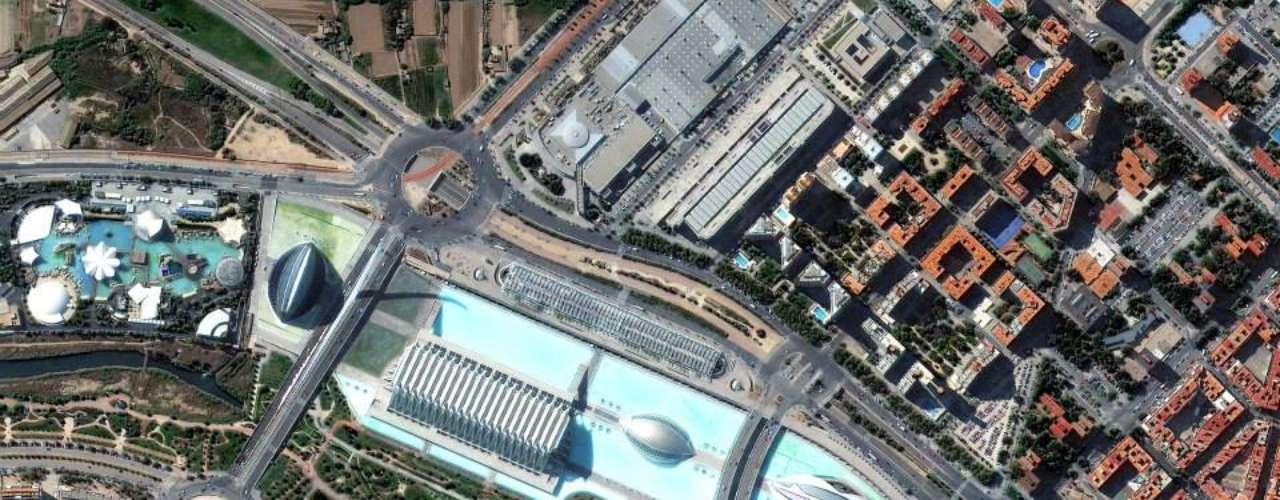 Em Valência é possível ver o Palau de les Arts Reina Sofia e o parque Gulliver - no canto inferior direito da imagem, uma reprodução do personagem
