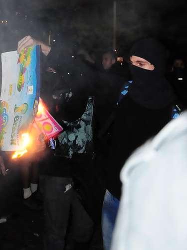 15 de abril -Manifestante queima álbum de figurinhas da Copa do Mundo