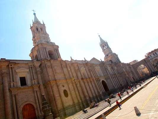 La Catedral de Arequipa es considerada como uno de los primeros monumentos religiosos del siglo XVII en la ciudad. Se construyó en piedra de origen volcánico, con bóvedas de ladrillo y es el santuario principal de la ciudad que ocupa todo el lado norte de la Plaza de Armas.