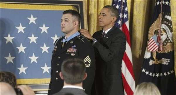 El presidente estadounidense, Barack Obama, entregó hoy la Medalla de Honor del Ejército al sargento de primera clase Leroy Arthur Petry, quien perdió la mano derecha al retirar una granada para salvar la vida a sus compañeros durante un ataque en Afganistán.